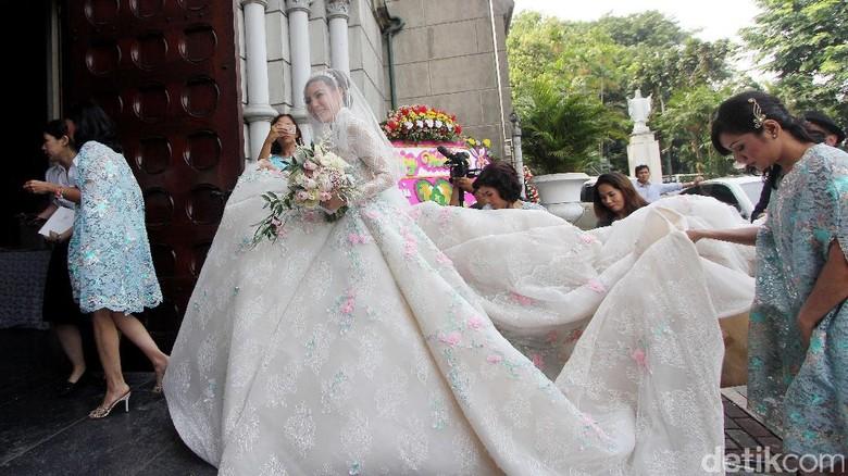 Gaun Berekor Panjang, Impian Olga Lydia Selain Katedral