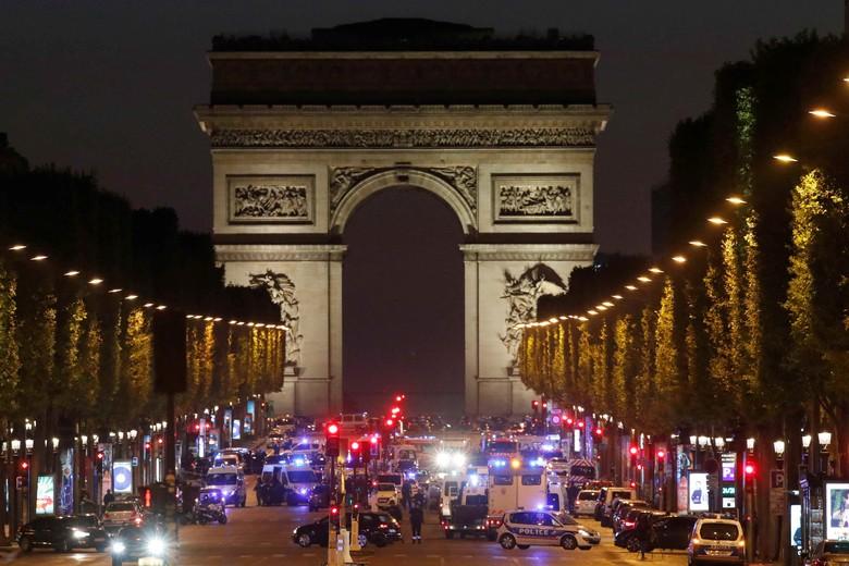 Teror di Paris, Pria Tabrakkan Mobil ke Van Polisi di Champs-Elysees