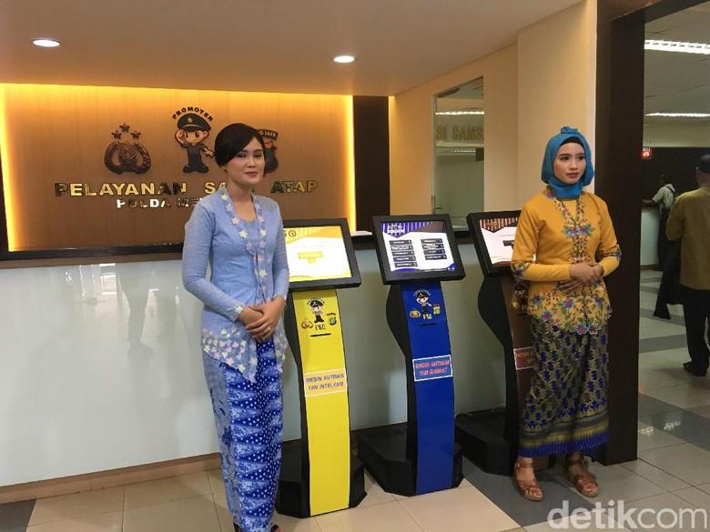 Peringati Perjuangan Kartini, Polwan Samsat Polda Metro Berkebaya