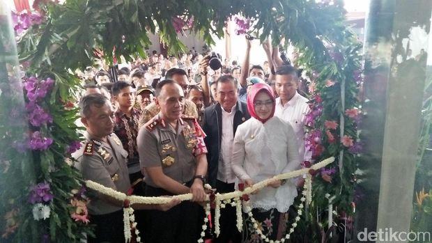 Kapolda Metro Jaya Irjen M Iriawan meresmikan gedung baru Polres Tangsel, Jumat (21/4/201)