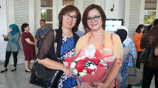 Relita dan temannya ingin memberi bunga dan berterima kasih kepada Ahok.