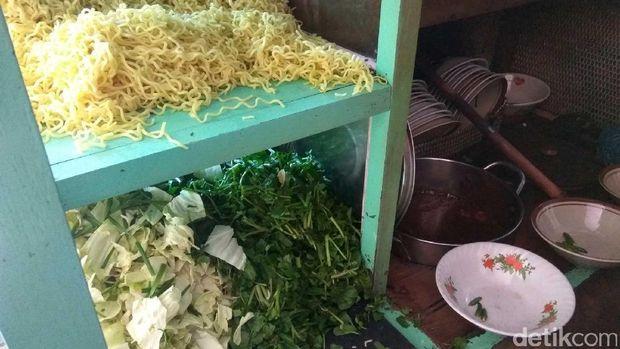 Mie kuning, kol dan sayur kucai (Randy/detikTravel)