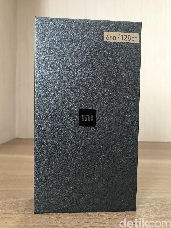 Tampilan kardus Xiaomi Mi 6 yang kami punya. Berwarna hitam dengan logo Mi di bagian tengah. Foto: detikINET/Herry SW