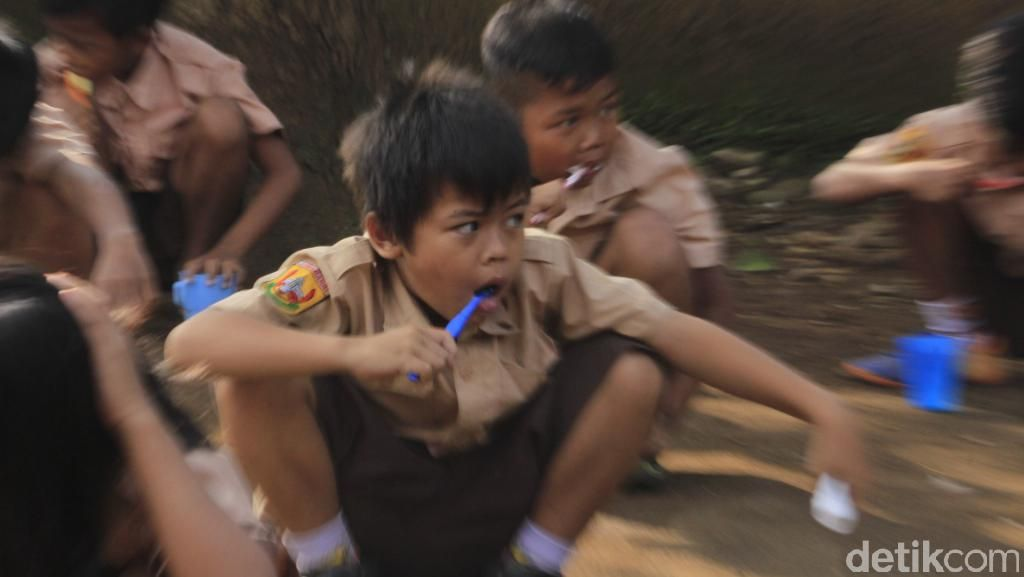 Cegah Karies, Siswa SD di Majalaya Bandung Sikat Gigi Massal