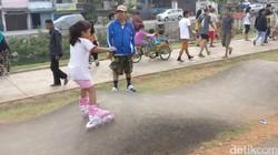 Begini gambaran antusiasnya masyarakat berolahraga pagi mengisi hari libur di Ruang Publik Terpadu Ramah Anak (RPTRA) Kalijodo, Jakarta Utara.