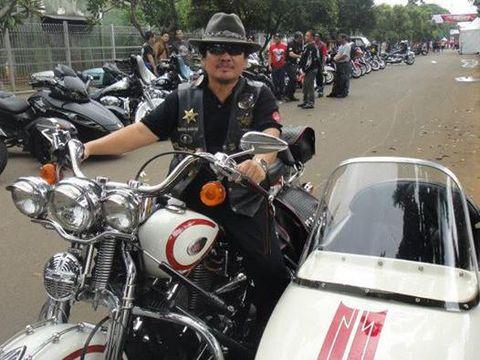 Bambang Gondrong bersama motor Harleynya.