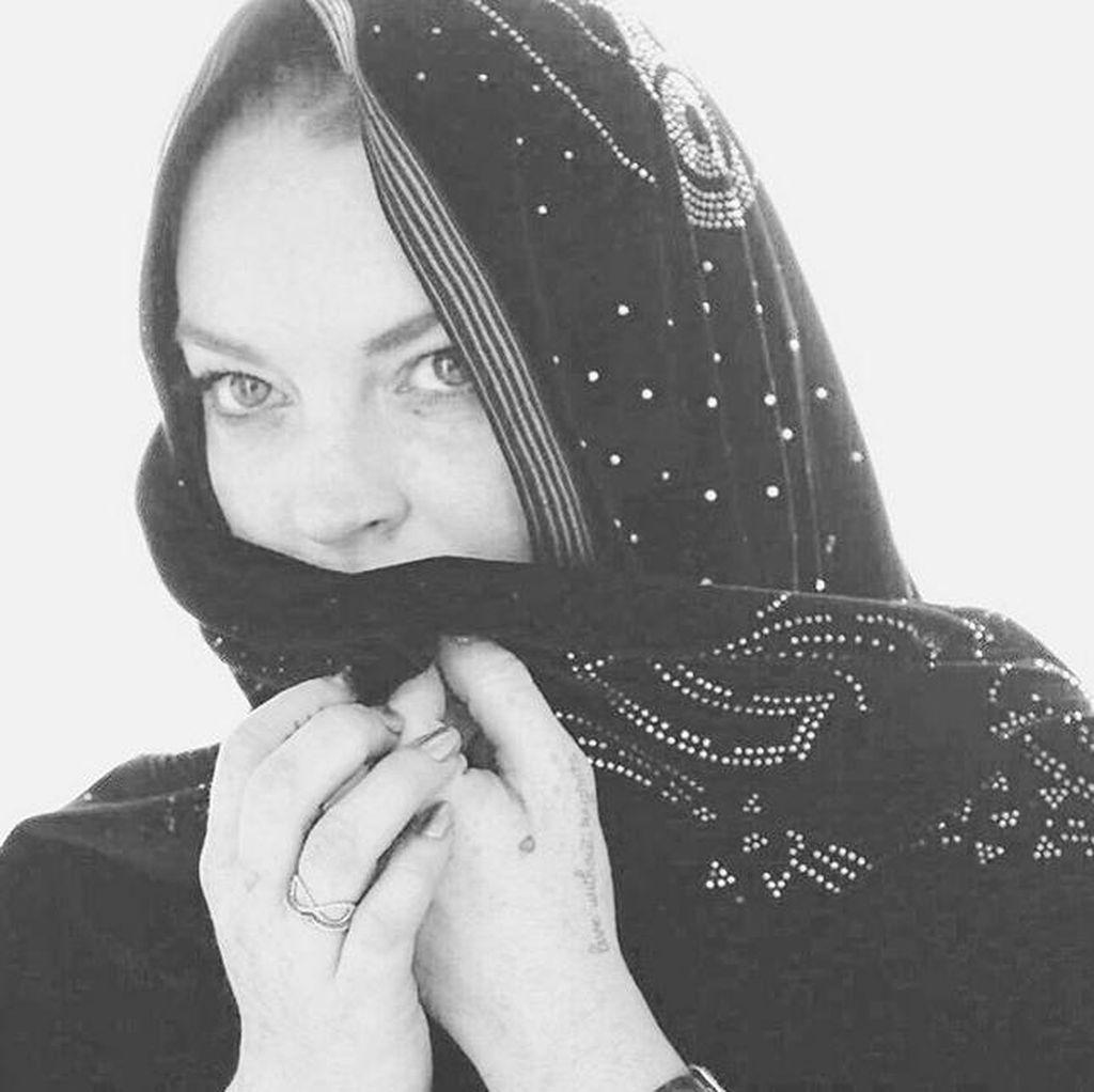Selfie Bareng Fans, Lindsay Lohan Kembali Tampil Berhijab