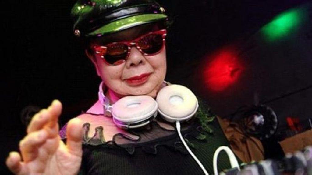 Nenek Pembuat Gyoza Berusia 82 Tahun Ini Jadi DJ di Malam Hari!