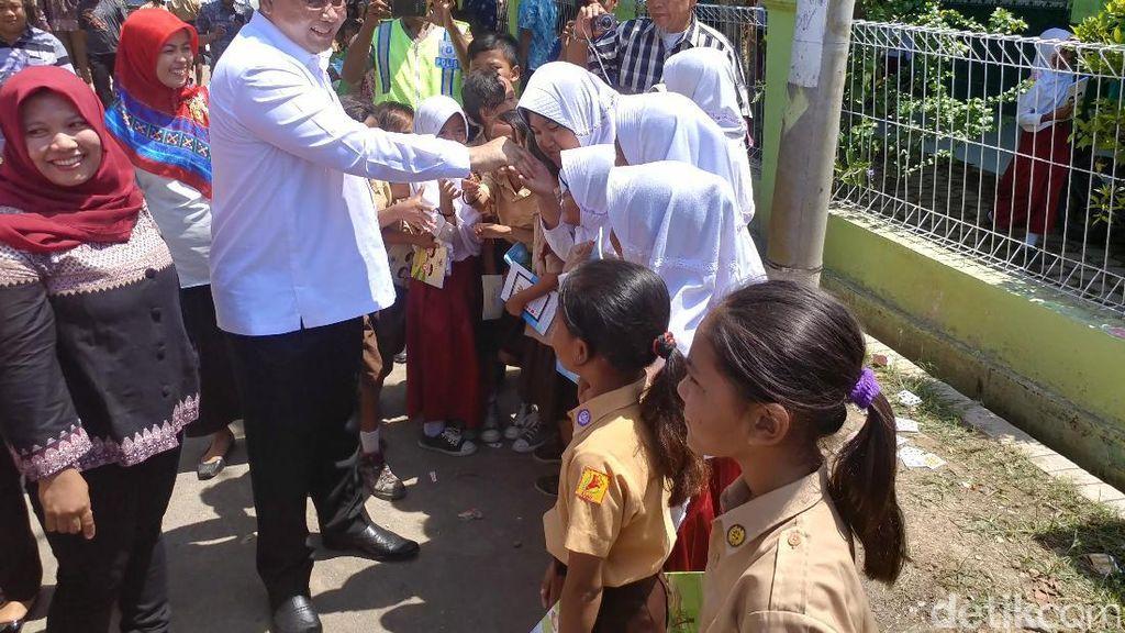 Menteri Desa Bagikan Ratusan Buku ke Siswa SD di Cirebon