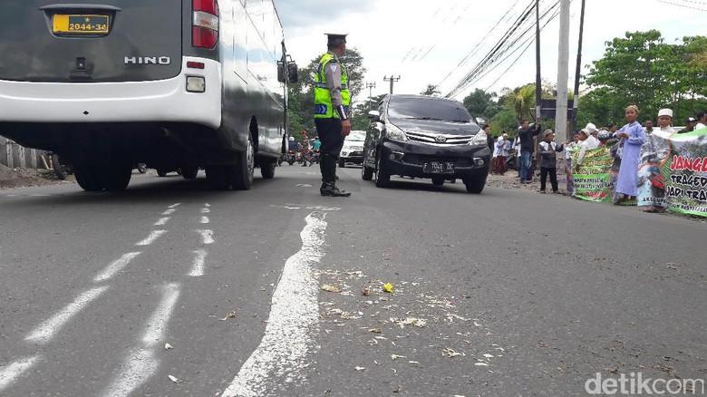Warga Puncak Berdoa Bersama di Lokasi Kecelakaan Beruntun
