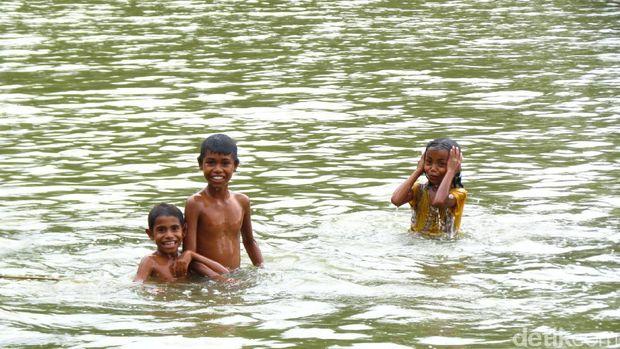 Anak-anak mandi di danau (Fitraya/detikTravel)