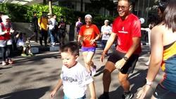 Keterbatasan fisik tidak menjadi halangan bagi anak-anak dengan kondisi langka ini. Mereka tetap bersemangat untuk lari hingga garis finis.