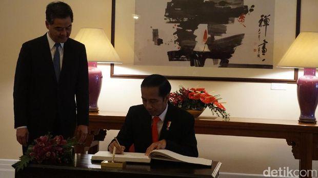 Presiden Jokowi mengisi buku tamu /
