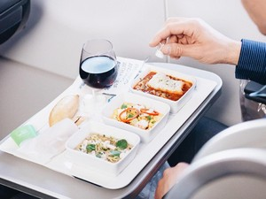 Saat Berada di Dalam Pesawat, 10 Makanan Ini Tak Boleh Disantap (1)