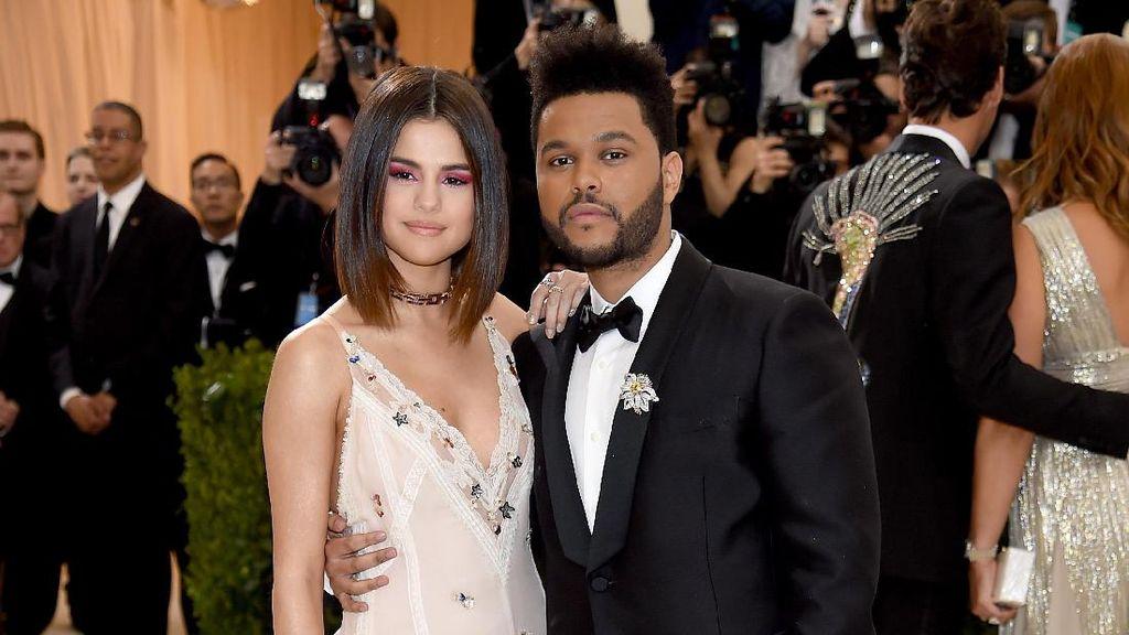 Punya Tinggi Hampir Sama, Selena Gomez Sering Pinjam Baju The Weeknd
