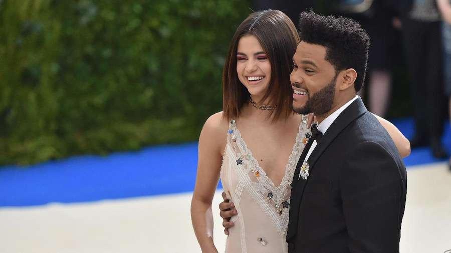 Selena Gomez Seksi Abis di Met Gala 2017