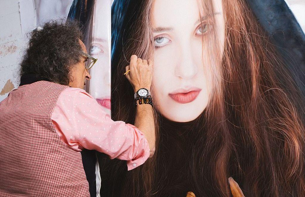 Ini dia rahasia unik di balik penampakan wanita cantik tersebut. Ya, itu bukan foto melainkan lukisan yang dibuat dari sentuhan cat minyak beralaskan kanvas putih. Keren bukan? Foto: Yigal Ozeri