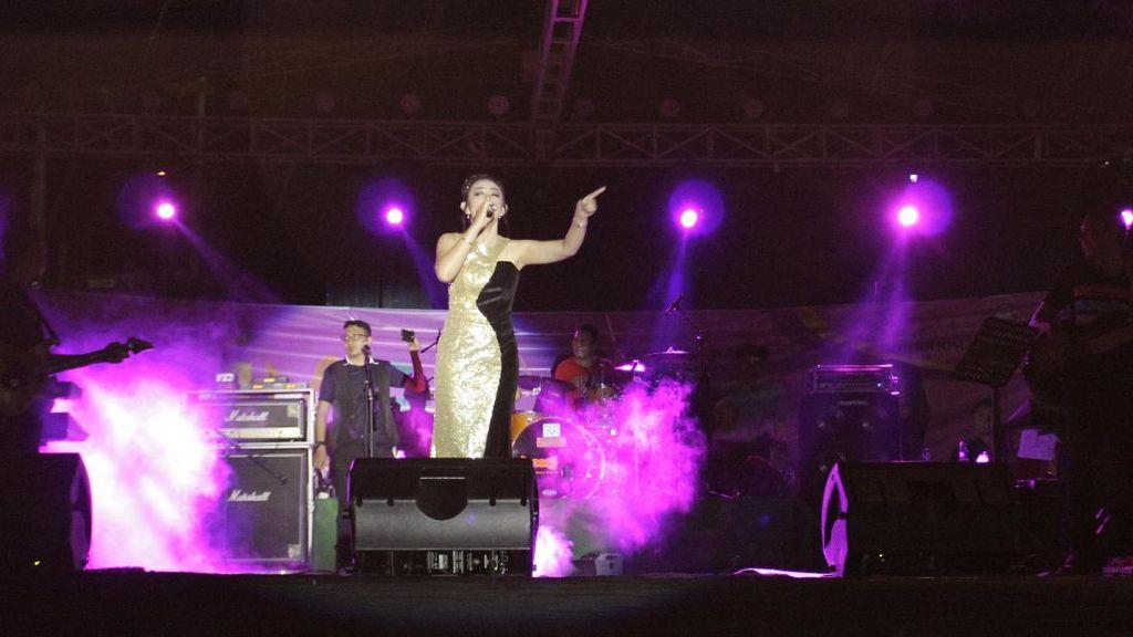 Asyik! Amel Queen Goyang Festival Pesona Pantai Pohon Cinta