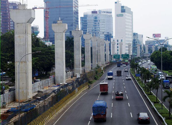 Tiang-tiang penyangga jalur MRT telah berdiri tegak di Jalan TB Simatupang, Jakarta Selatan, Kamis (4/5/2017). Pool/Williams Prayoga.