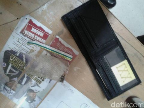 pria bule diduga bawa narkoba diamankan petugas stasiun di depok