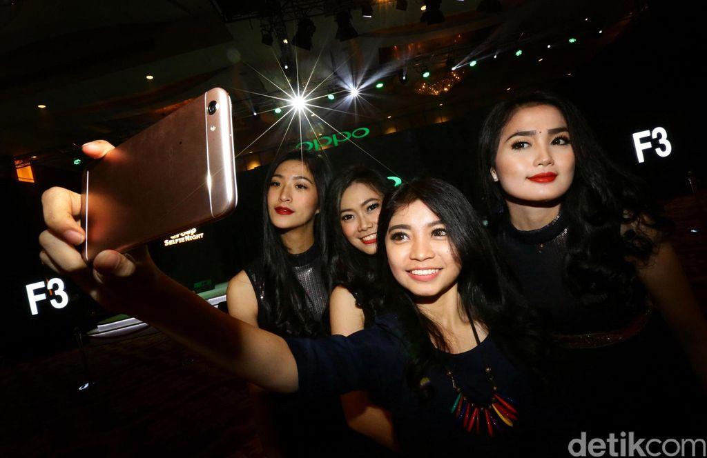 OPPO F3, model terbaru dari Iini seri Selfie Expert, akan mewarisi futur utama ini dan memungkinkan pengguna untuk menangkap lebih banyak orang dalam satu frame karena sudut pandang yang lebih luas.