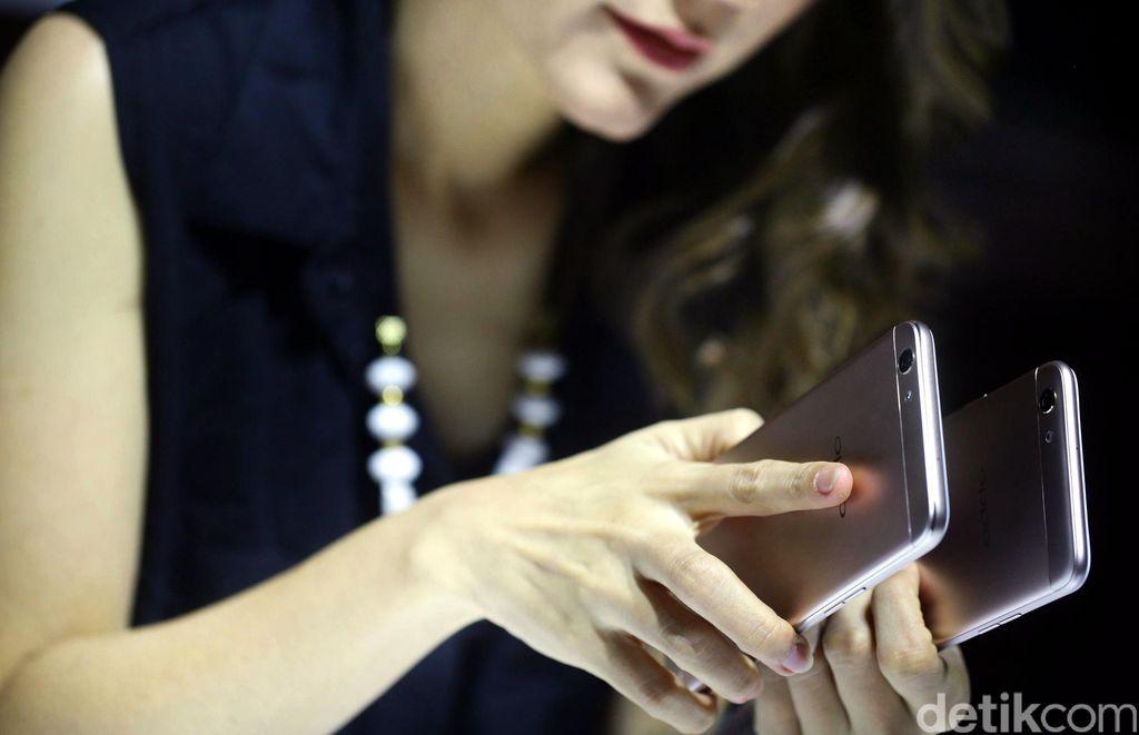Perbedaannya dengan seri pendahulunya terletak pada ukuran perangkat yang lebih ramping, yaitu 27% lebih tipis dari pendahulunya, sehingga Iebih nyaman saat digenggam atau disimpan dalam kantong.