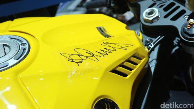 Tanda tangan Rossi di tangki motor Yamaha R1