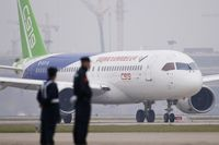 China Sukses Terbangkan Pesawat Saingan Airbus dan Boeing