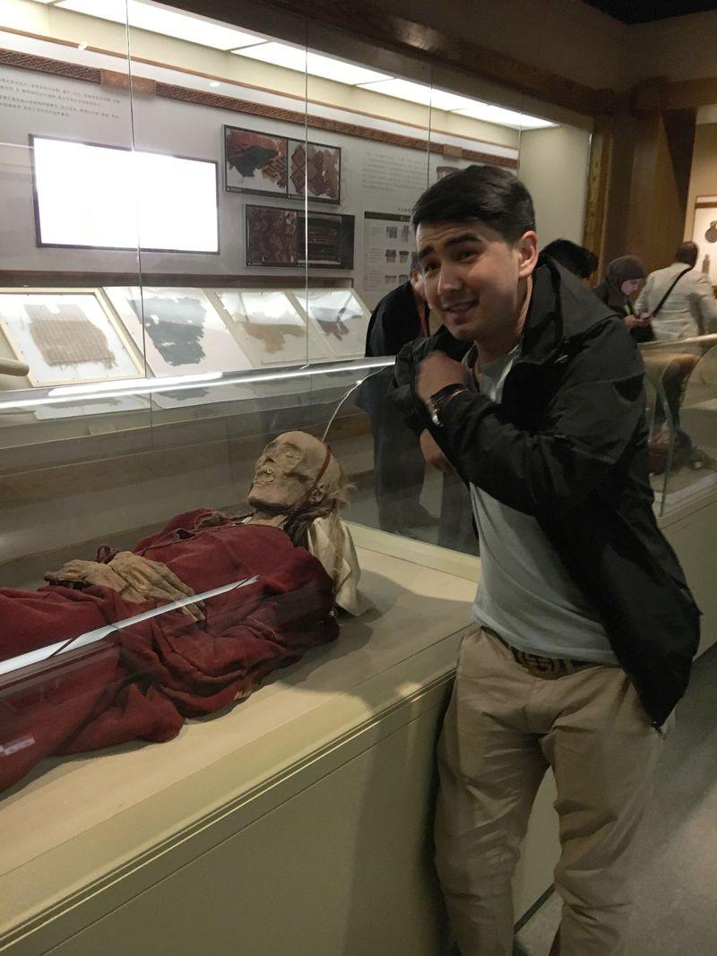 Di Xinjiang Museum, Urumqi, China traveler bisa berjumpa dengan sesosok mumi yang diperkirakan berasal dari 1.800 tahun sebelum Masehi. Mumi ini berupa sesosok perempuan dewasa dengan rambut panjang dan berwarna (Mumu/detikTravel)