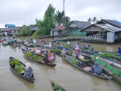Rela Bangun Subuh Demi Wisata ke Pasar Terapung Ikonik di Banjarmasin