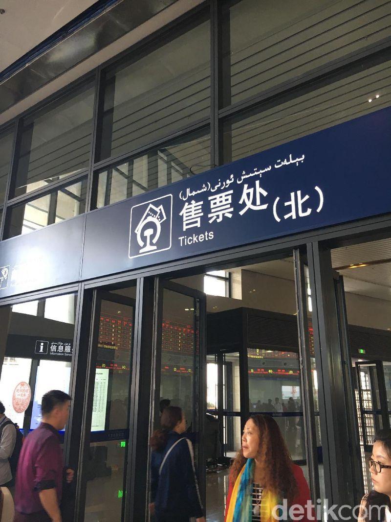 Xinjiang yang merupakan daerah otonomi bagi suku minoritas yang beragama Islam di China tersebut tengah membanggakan pembangunan yang sangat pesat, dan itu terlihat dari stasiun kereta cepat Urumqi (Mumu/detikTravel)