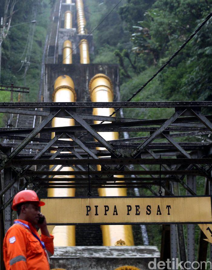 Petugas melakukan pengecekan rutin di Pembangkit Listrik Tenaga Air (PLTA) Lamajan, Pangalengan, Bandung, Jawa Barat, Jumat (5/5/2017). PLTA yang beroperasi sejak 1955 ini mempunyai tiga turbin dengan kapasitas total produksi 19,56 Mega Watt (MW). (Foto: Lamhot Aritonang/detikcom)