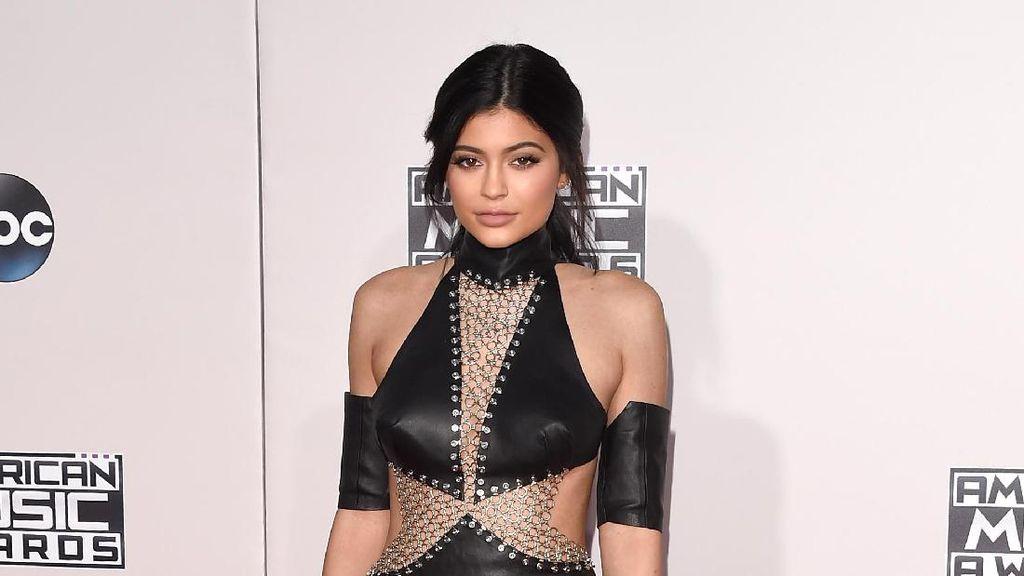 Rilis Kuas Makeup Rp 4,8 Juta, Kylie Jenner Dikritik Netizen