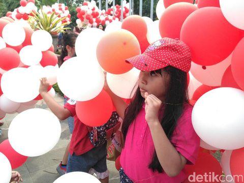 Anak-anak bermain balon merah putih di Balai Kota, Senin (8/5/2017