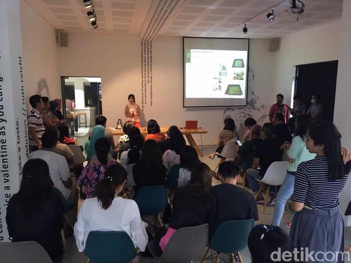 Sebanyak 35 peserta berpartisipasi dalam Japanese Tea Class di Almond Zucchini (7/5). Ahli teh Ratna Soemantri memulai pengenalan teh pada pukul 10.00.