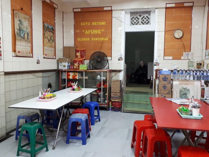 Soto Betawi Afung berlokasi di Gang Gloria, Pancoran Glodok. Tempatnya sudah berdiri sejak tahun 1982. Meski terlihat sederhana, namun pembeli terus ada silih berganti.