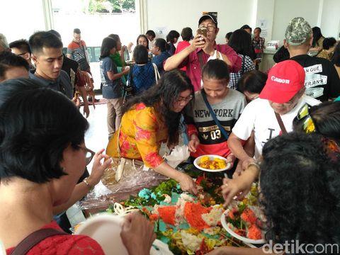 Warga menyantap tumpeng nemo di Balai Kota, Senin (8/5/2017)