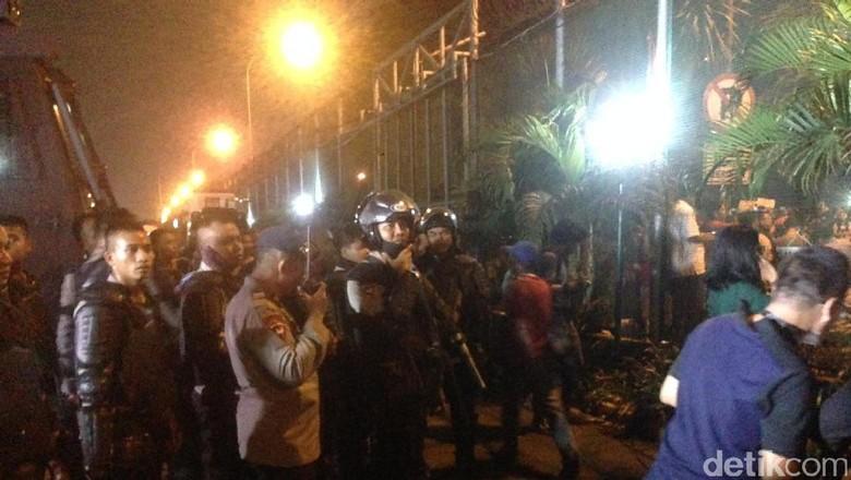 Massa Pro-Ahok Bertahan di Cipinang, Polisi Siagakan Water Canon
