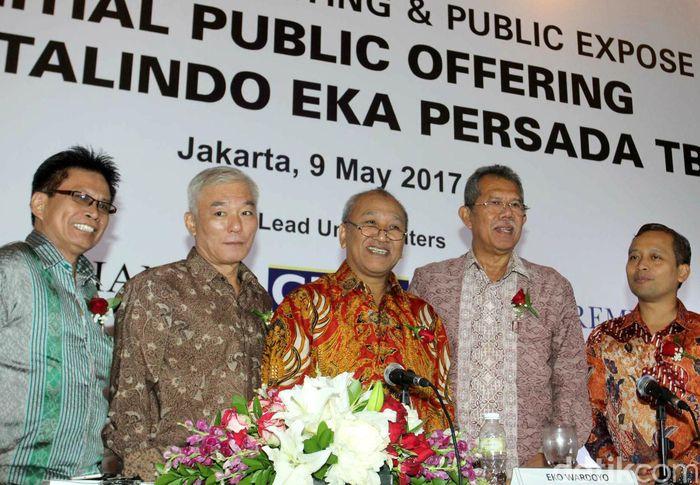 Direktur Utama PT Totalindo Eka Persada Tbk Donald Sihombing (kelima kiri), bersama jajaran direksi (dari ki), Joni, Achyat, Komisaris Saut Rajaguguk, Direktur Jim Baik Komisaris Utama Erry Firmansyah dan Direktur Eko Wardoyo, berbincang disela Paparan Publik di Jakarta, Selasa (9/5/2017).