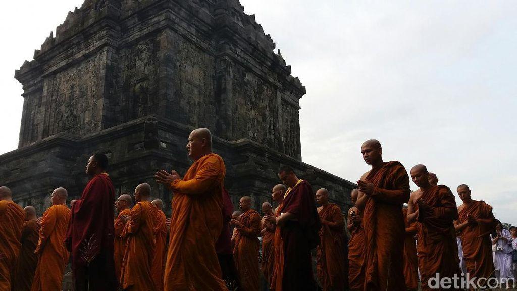 Umat Buddha Semayamkan Api Dharma di Candi Mendut