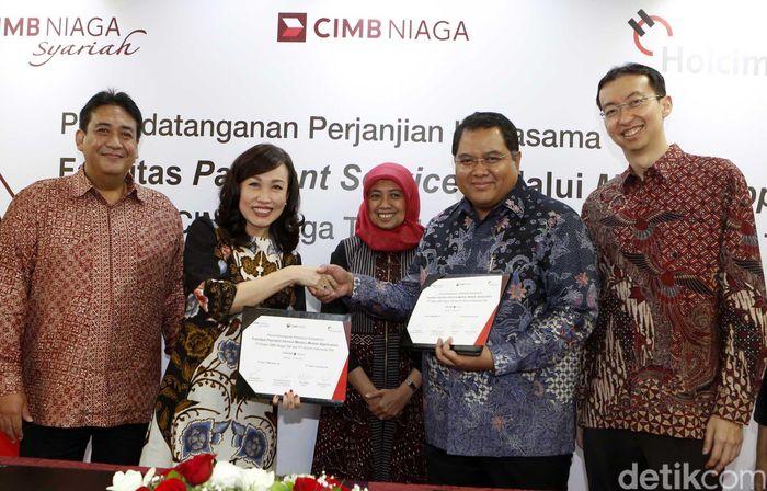 Perjanjian kerja sama ditandatangani oleh Dion Sumedi, Sales Director Holcim Indonesia dan Lani Darmawan, Direktur Consumer Banking CIMB Niaga, di Gedung Graha CIMB Niaga, Jakarta, Rabu (10/052017).