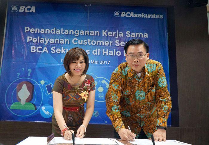 Senior Vice President Halo BCA Wani Sabu (kiri) dan Direktur Ekuitas BCA Sekuritas Teguh Hartanto (kanan) melakukan penandatanganan kerja sama, Rabu (10/5/2017). Pool/BCA.