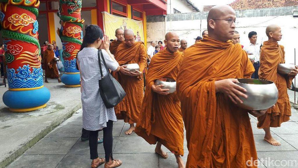 Pagi Ini, Puluhan Biksu Lakukan Pindapata di Magelang