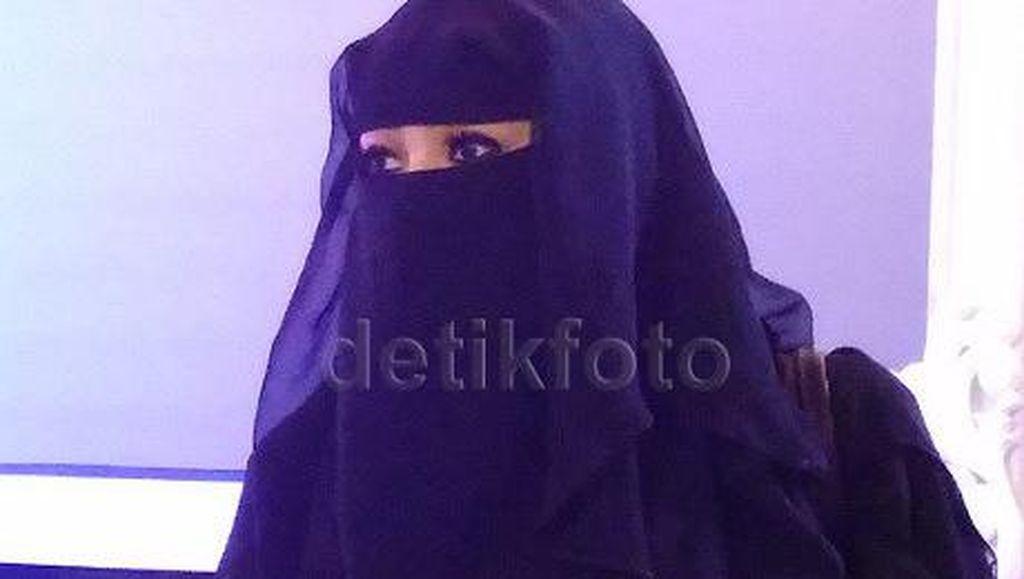 Wanita Bercadar Keluar dari Toko Lingerie Picu Kontroversi Netizen