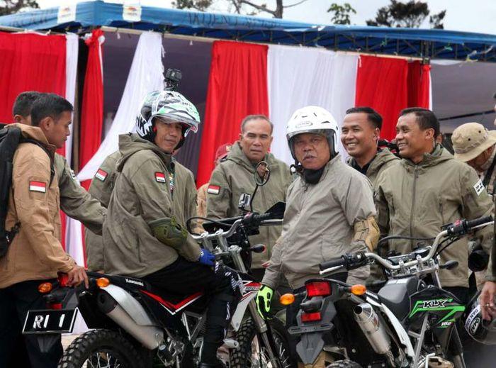 Jokowi nge-Trail bersama rombongan dengan Menteri Pekerjaan Umum dan Perumahan Rakyat (PUPR) Basuki Hadimuljono menelusuri jalan Trans Papua di KM 35 hingga KM 42 ruas Wamena-Habema. Foto: dok. PUPR