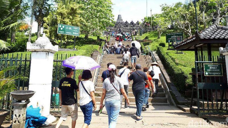 Candi Borobudur tetap buka seperti biasa di hari libur Waisak. Mereka tampak antusias berjalan dan naik ke puncak candi (Kurnia/detikTravel)