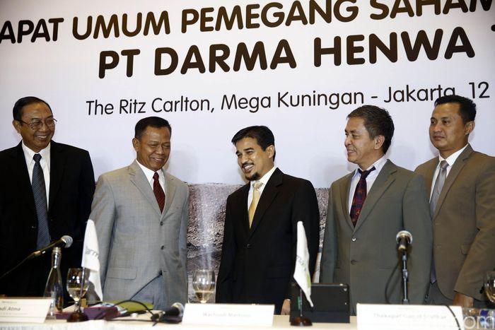 Dirut PT Darma Henwa Tbk Faisal Firdaus, Komisaris Suadi Atma, Direktur Ivi Sumarna Suryana, Direktur Agus Effendi dan Direktur Djajeng Pristiwan Andalaswanto, berfoto bersama usai Rapat Umum Pemegang Saham Luar Biasa di Jakarta, Jumat (12/5/2017).