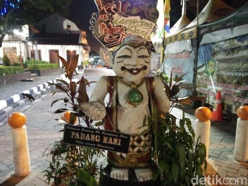 Kampung Seni Padang Rani adalah sekumpulan pedagang yang membuka lapak di samping Taman Sri Gunting dan Gereja Blenduk pada malam hari (Bonauli/detikTravel)