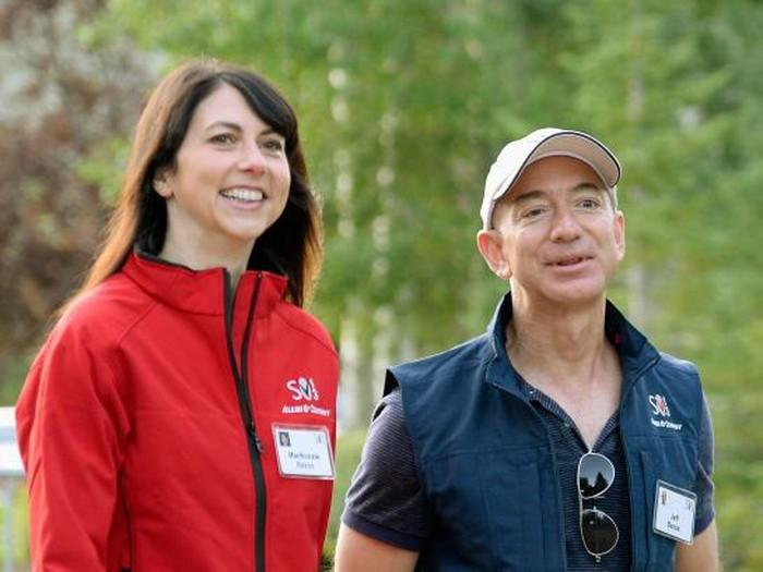Bezos dan istrinya MacKenzie. Foto: Getty Images
