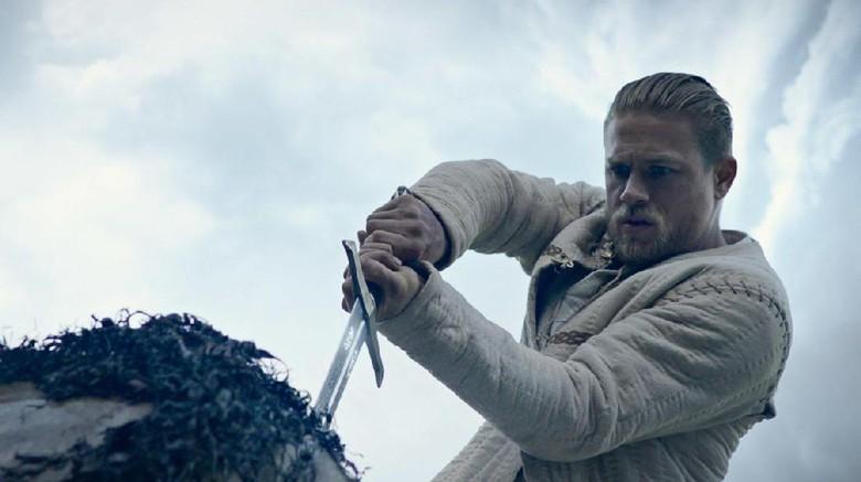 Charlie Hunnam Sempat Ingin Curi Pedang dari Set King Arthur